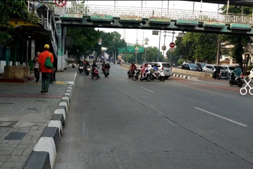 Pengendara motor melawan arus di Jalan Warung Buncit,  Senin (29/7).