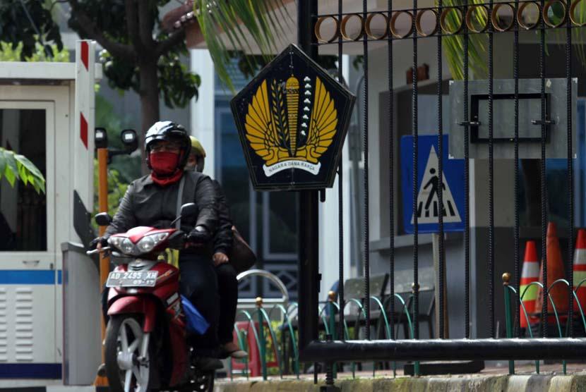 Pengendara motor melintas di depan logo Kementerian Keuangan, Jakarta. Dampak pandemi terhadap kas negara jadi salah satu pertimbangan rencana pengenaan PPN terhadap barang dan jasa.