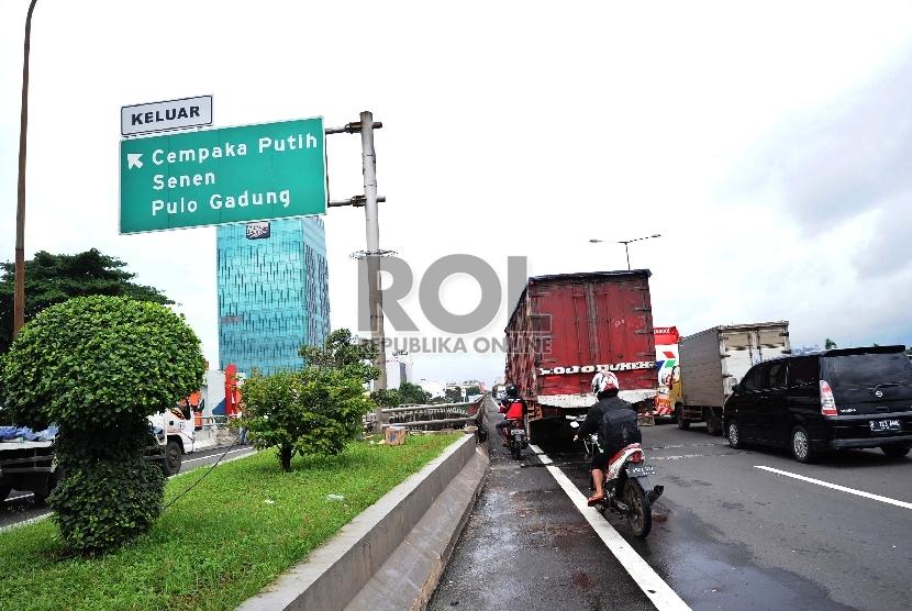Pengendara motor melintas melalui jalan tol Sedyatmo, Sunter, Jakarta. ilustrasi (Republika/ Tahta Aidilla)