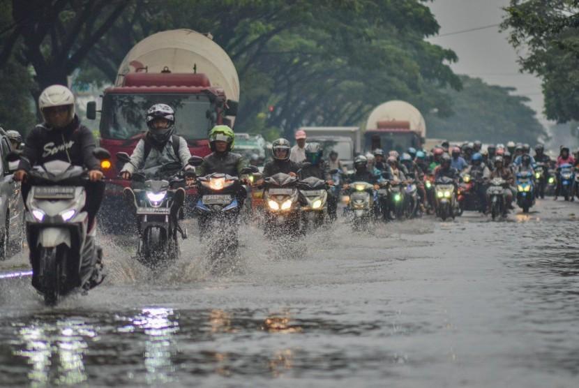 Banjir Gedebage Bandung: Pengendara motor melintasi banjir yang menggenangi Jalan Soekarno-Hatta, Gedebage, Bandung, Jawa Barat, Senin (4/3/2019).