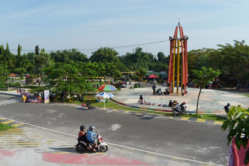 Pengendara sepeda motor melaju di area kegiatan hari bebas kendaraan bermotor
