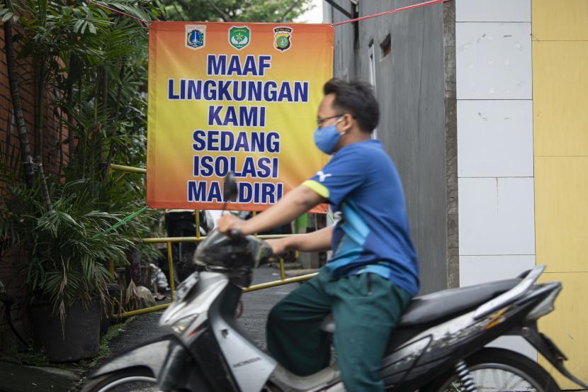 Pengendara sepeda motor melintasi gang perkampungan yang diberlakukan karantina di RT 007/RW 005, Utan Kayu Selatan, Jakarta Timur, Jumat (11/6/2021). Pemberlakuan karantina tersebut dilakukan setelah ditemukannya 22 kasus COVID-19 dari klaster keluarga.