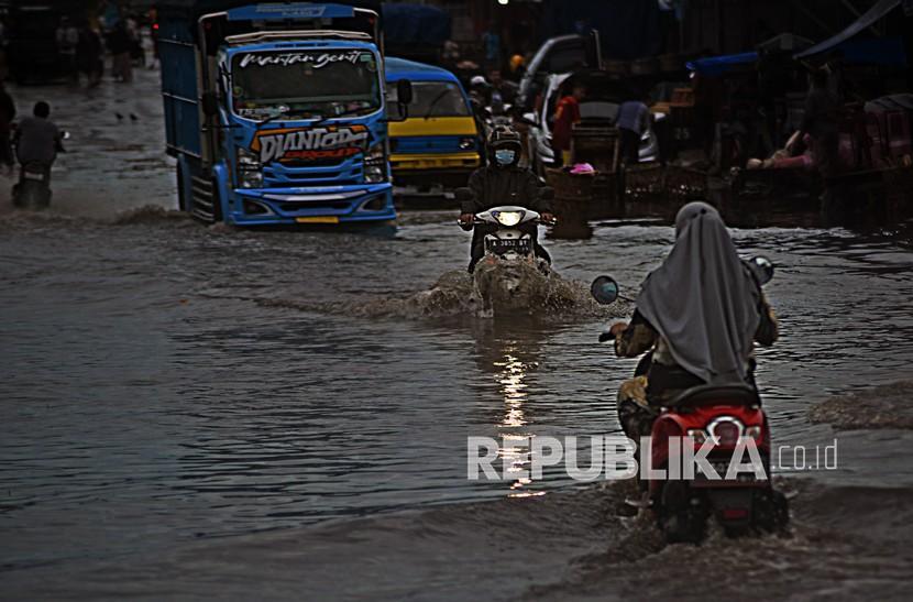 Dinas Pertanian Provinsi Banten menyatakan banjir yang menggenangi 160 hektare sawah di Kabupaten Lebak dan Serang akibat hujan deras pada Senin (13/9) malam tidak berpotensi puso. (Foto: Banjir di Serang, Banten)
