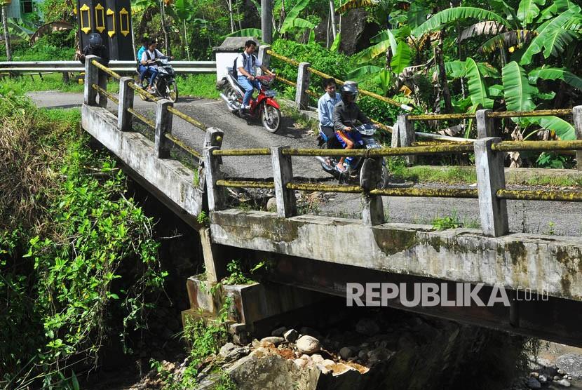 Jembatan yang patah akibat pondasinya ambrol (ilustrasi)