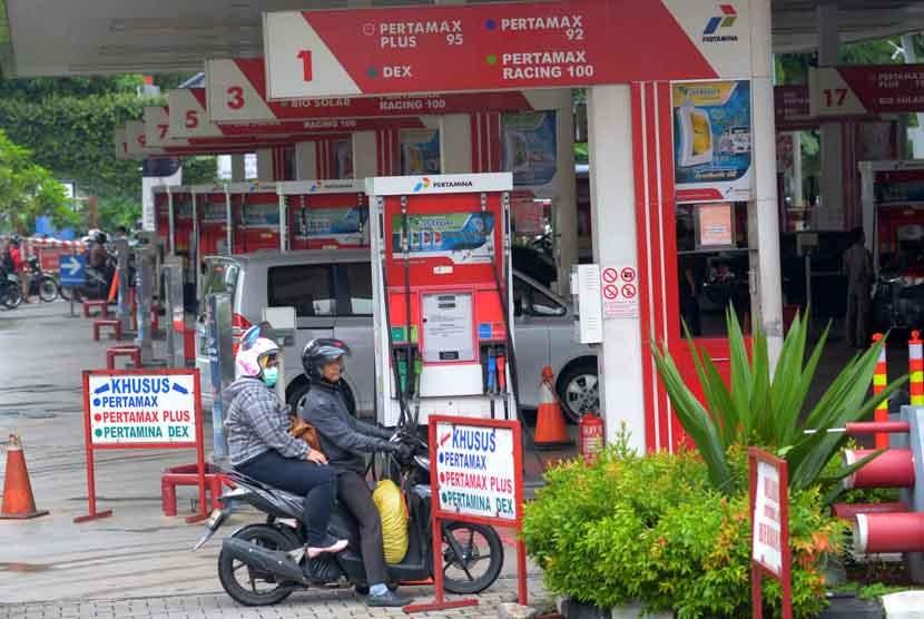 Pengendara sepeda motor mengisi BBM di SPBU Kuningan, Jakarta, Senin (12/1)