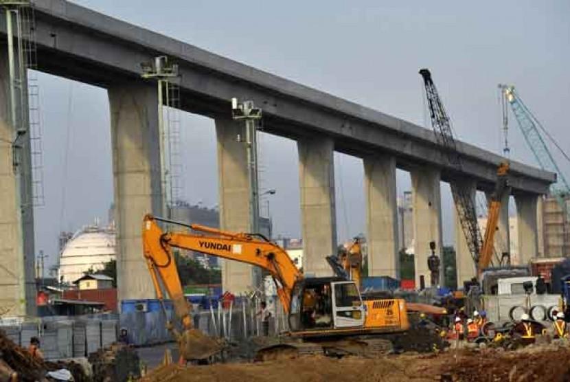 Pengerjaan proyek infrastruktur jalan layang tol akses Pelabuhan Tanjung Priok-Simpang Jampea, Jakarta Utara.