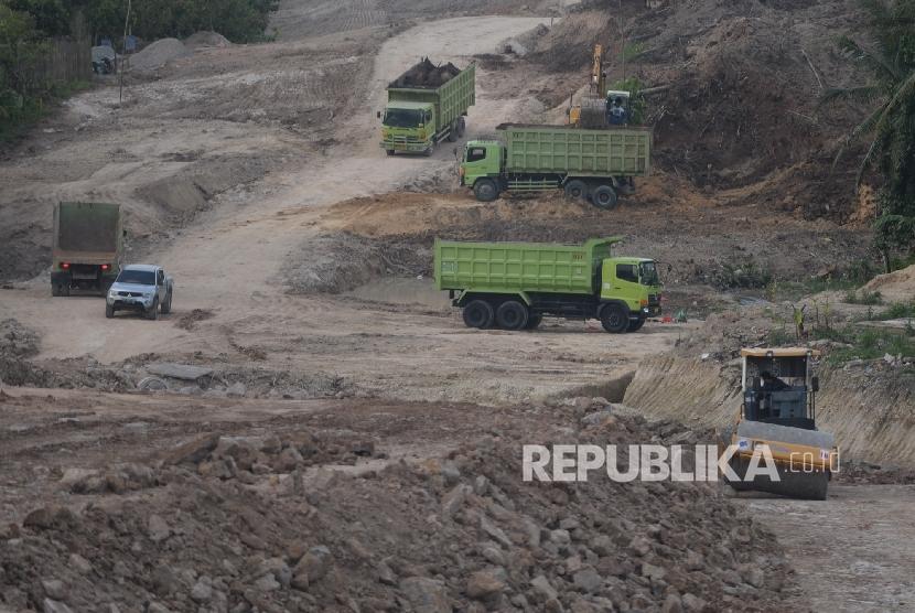 Pengerjaan Tol Lampung. Alat berat mengerjakan pembangunan jalan tol di Bakauheni, Lampung, Rabu (22/6)