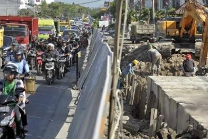 Pengerjaan underpass Dewa Ruci di Denpasar, Bali,  menyebabkan kemacetan lalu lintas.