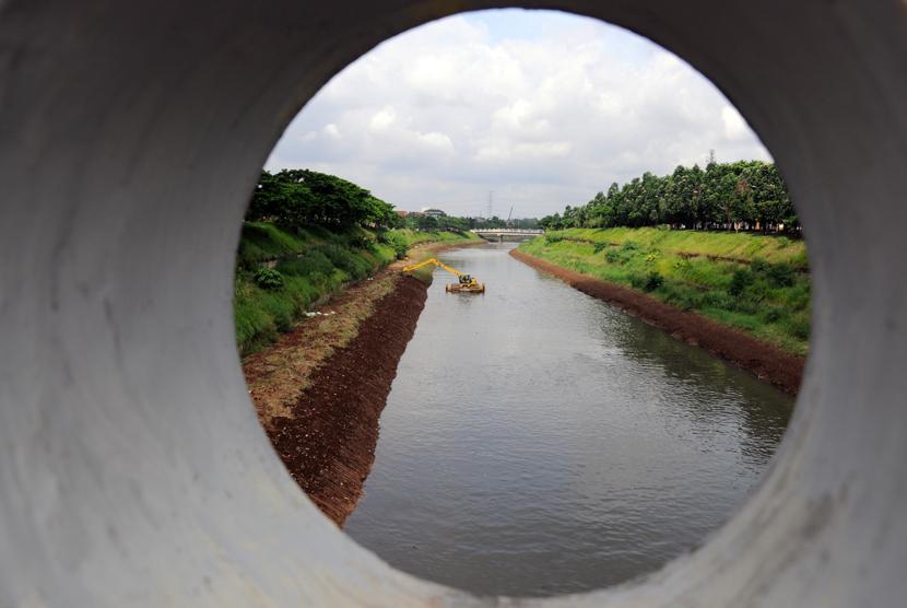 Pengerukan tanah dengan menggunakan alat  berat, untuk pembuatan bantaran kali di Banjir Kanal Timur (BKT), Jakarta, Kamis (12/3).  (foto : MgROL_34)