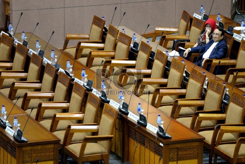 Pengesahan RAPBN p 2015. Anggota DPR RI mengikuti Sidang Paripurna pengesahan RAPBN p 2015 di Komplek Parlemen Senayan, Jakarta, Jumat (13/2).