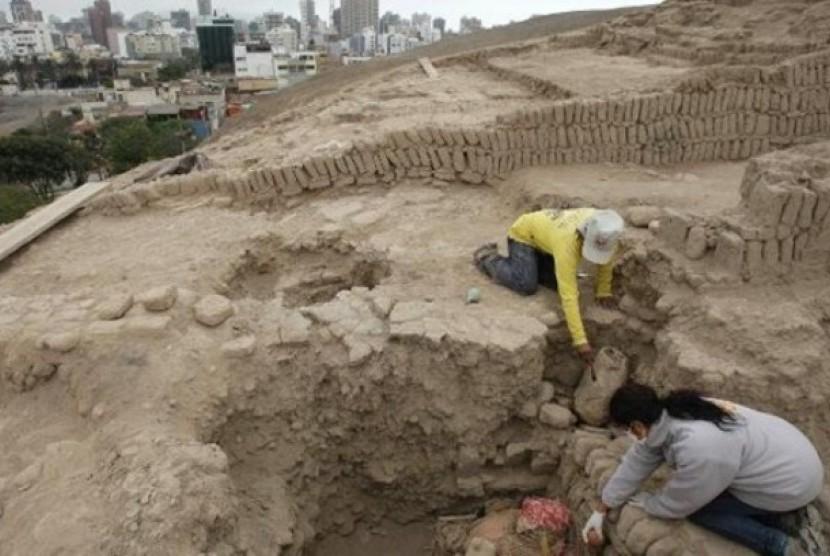 Penggalian arkeolog di di areal situs makam Huaca Pucllana yang menemukan mumi berusia lebih dari 1.000 tahun.