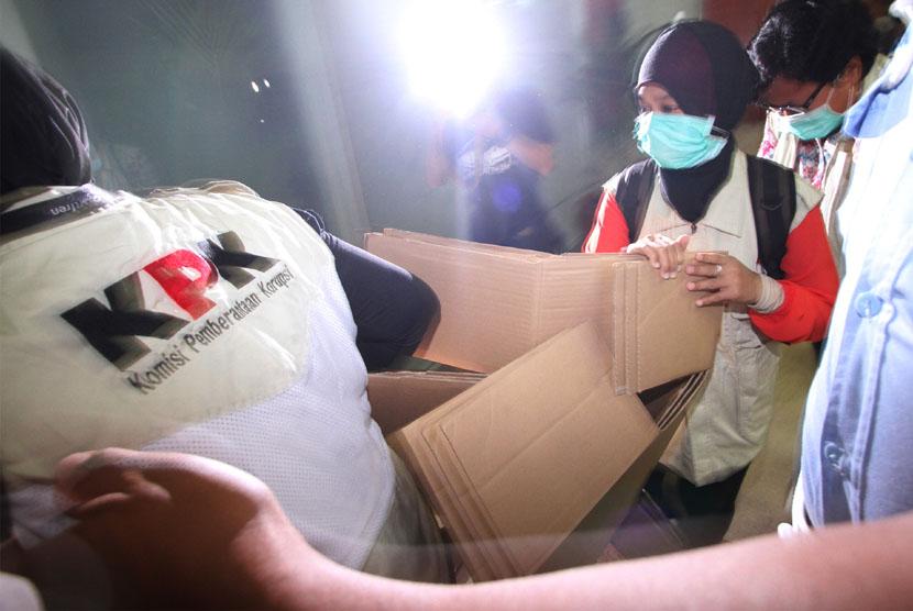 Penggeledahan oleh penyidik KPK.   (ilustrasi)