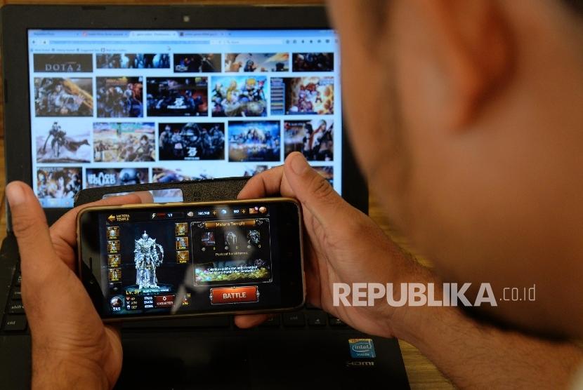 Seorang gamer bermain gim di handphone, Jakarta (ilustrasi). Kemenperin mengajak para pengembang gim untuk mengambil peluang pasar gim dalam negeri.