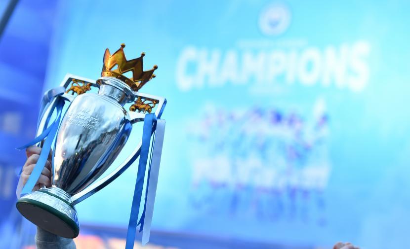 Penggemar merayakan keberhasilan Manchester City menjadi juara Liga Primer Inggris.