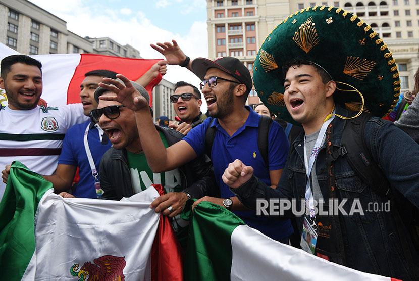 Penggemar sepak bola Meksiko berkumpul di dekat Lapangan Merah di Moskow, Rusia, 13 Juni 2018. Rusia akan menghadapi Arab Saudi dalam pertandingan pembukaan Piala Dunia FIFA 2018, grup A babak penyisihan pertandingan sepak bola pada 14 Juni 2018.