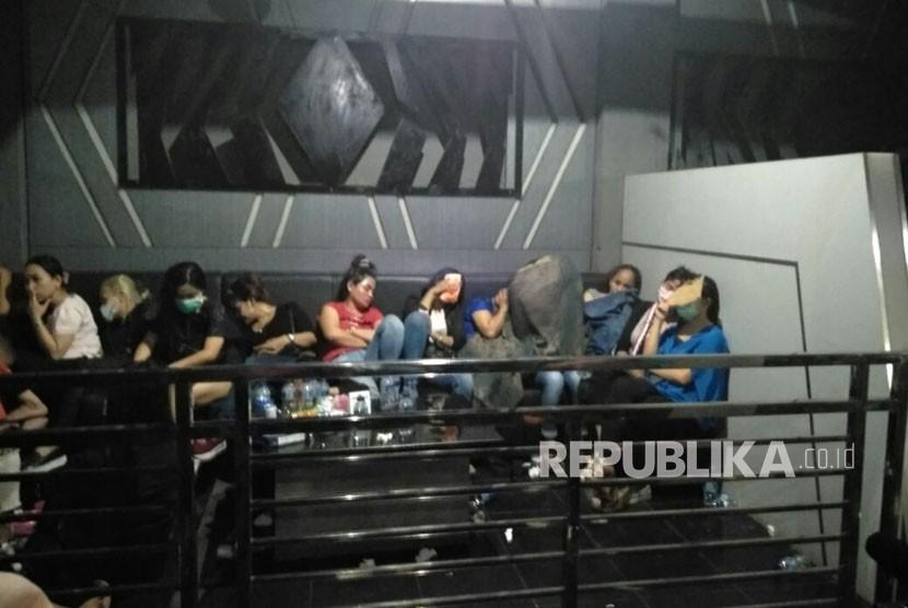 Penggerebekan Diskotek MG International terkait narkoba Tubagus Angke, Jakarta Barat, Ahad (17/12).