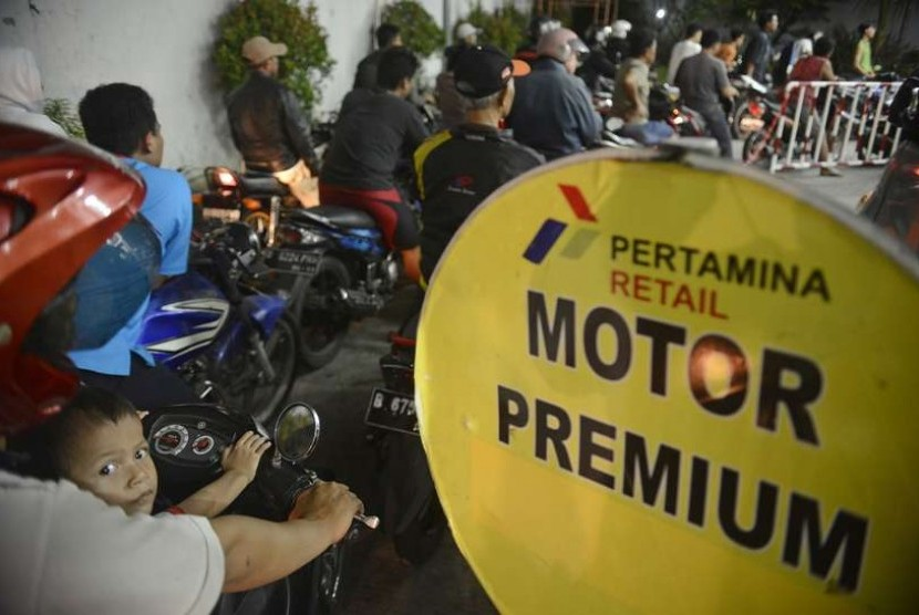 Pengguna kendaraan bermotor antre untuk membeli premium di salah satu SPBU di Jakarta Pusat, sebelum kenaikan harga BBM bersubsidi, Senin (17/11).