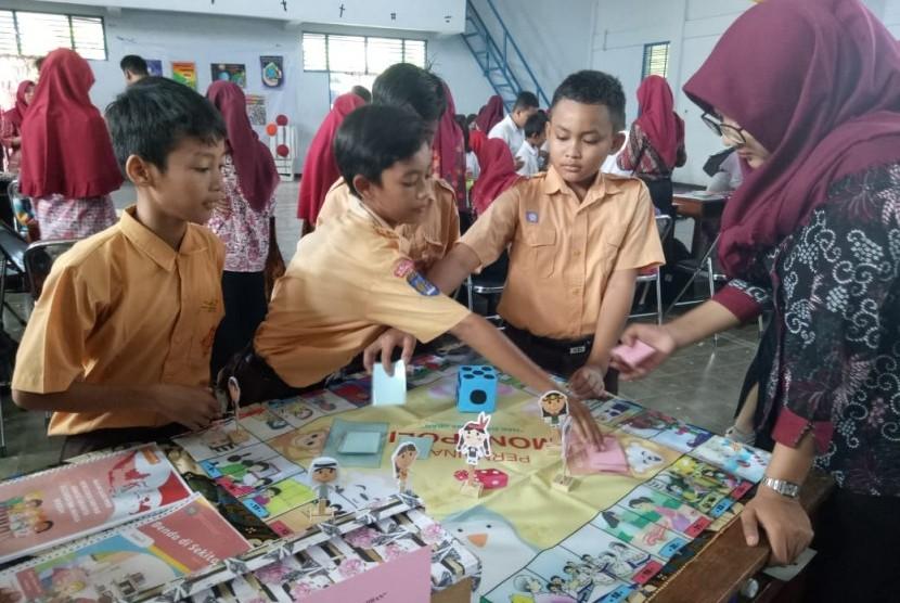 Penggunaan permainan monopoli sebagai media pembelajaran siswa-siswa Kelas III SD oleh mahasiswa PGSD Universitas Negeri Yogyakarta (UNY).