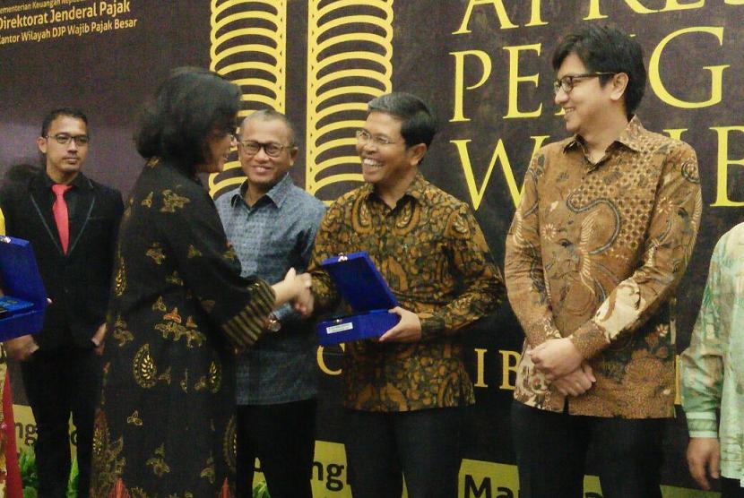 Penghargaan Wajib Pajak Kakanwil DJP Wajib Pajak Besar Tahun 2018, yang diserahkan langsung oleh Menteri Keuangan Sri Mulyani kepada Direktur Keuangan Bio Farma Pramusti Indrascaryo, pada Selasa (13/3), di Jakarta.