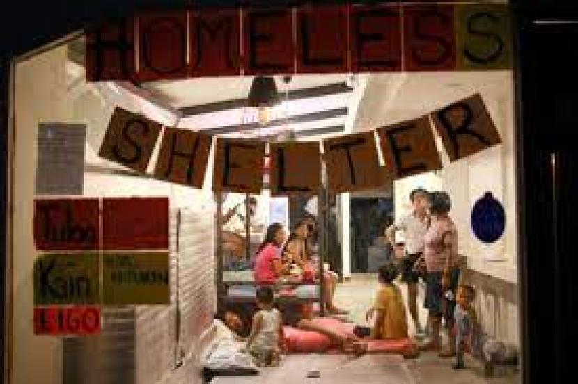 Penghuni jalanan Filipina beristirahat di sebuah restoran yang diubah menjadi pusat evakuasi darurat di Quezon City, Filipina