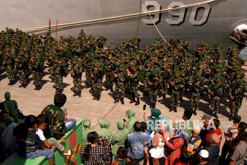 Pengiriman Pasukan TNI Pengamanan Ke Papua. Sejumlah anggota TNI Angkatan Darat mengikuti apel pemberangkatan Satgas ke Papua di Pelabuhan Sukarno Hatta, Makassar, Sulawesi Selatan, Ahad(3/3/2019).