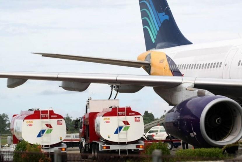 Pengisian avtur pesawat Garuda Indonesia