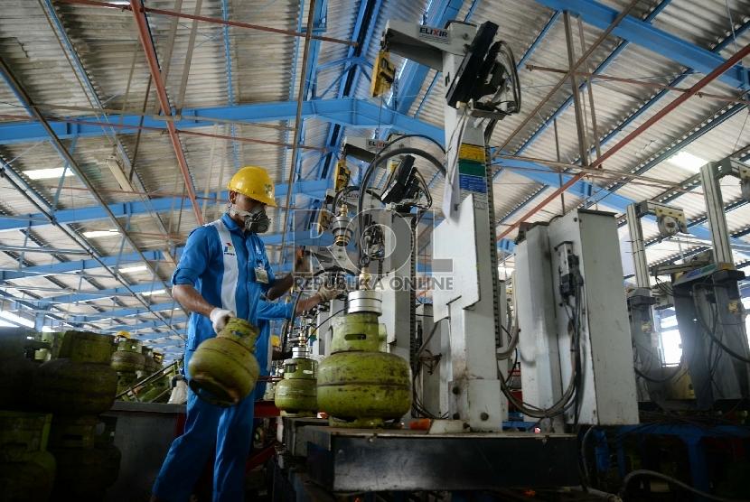 Pekerja melakukan pengisian tabung Elpiji 3 Kg di Depot LPG Tanjung Priok, Jakarta Utara, Senin (9/3).  (Republika/ Yasin Habibi)