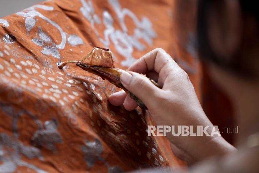 Pengrajin batik tulis khas Lasem, Jawa Tengah.