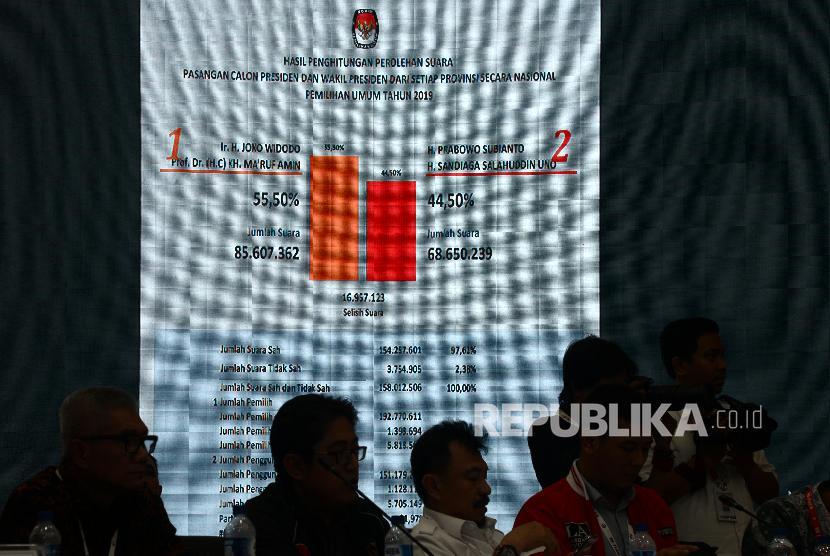 Pengumuman Hasil Rekapitulasi Nasional. Ketua KPU Arief Budiman mengetuk palu saat pengumuman hasil rekapitulasi secara nasional di Gedung KPU, Jakarta, Selasa (21/5) dini hari. KPU menetapkan pasangan calon presiden-wakil presiden nomor urut 01 Joko Widodo-Ma'ruf Amin sebagai pemenang Pilpres 2019 dengan jumlah suara sah 85.607.362 suara dan unggul dari pasangan calon presiden-wakil presiden nomor urut 02 Prabowo Subianto-Sandiaga Uno yang memperoleh jumah suara sah 68.650.239 dari 34 provinsi.