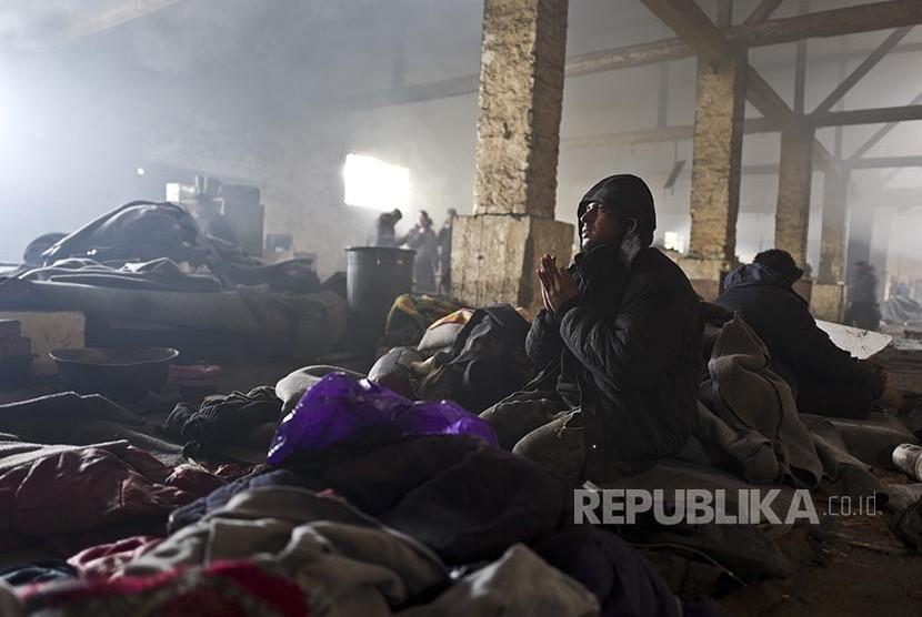 Pengungsi Afghanistan berdoa di sebuah gudang kosong di Belgrade, Serbia.