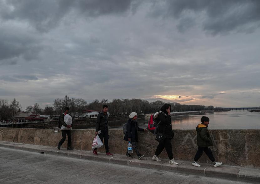 Pengungsi dari Suriah menyeberangi perbatasan Turki