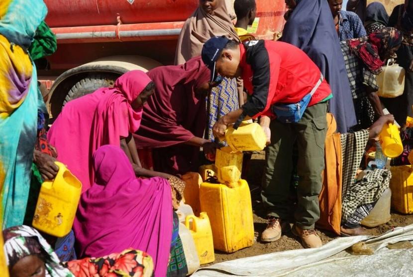 Pengungsi di Somalia mengantre untuk mendapat air bersih