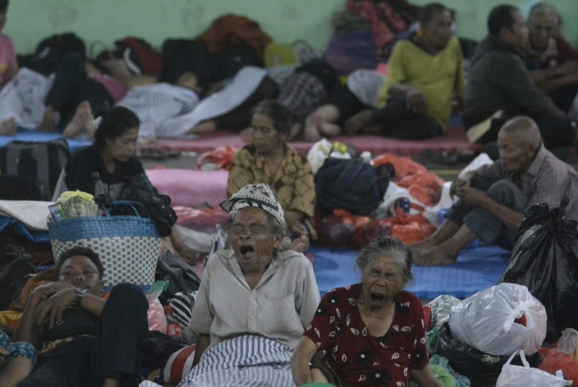 Mt Agung evacuees rest at GOR Suwecapura, Klungkung, Bali, Sunday (September 24) night.