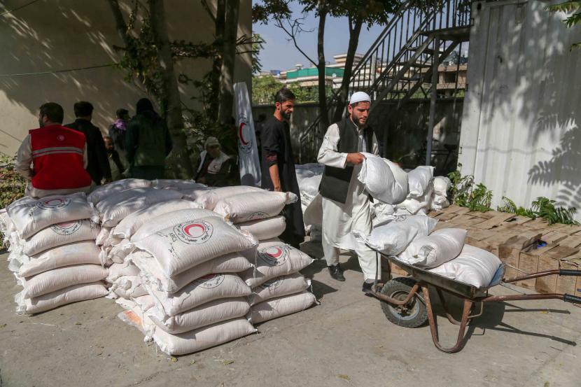 Pengungsi internal menerima bantuan makanan yang didistribusikan oleh Bulan Sabit Merah di Kabul, Afghanistan, 20 September 2021. Taliban mengatakan pada 14 September bahwa PBB harus membantu mereka dalam membantu hampir 3,5 juta warga Afghanistan kembali ke rumah mereka setelah mengungsi di dalam negeri karena untuk kekerasan.