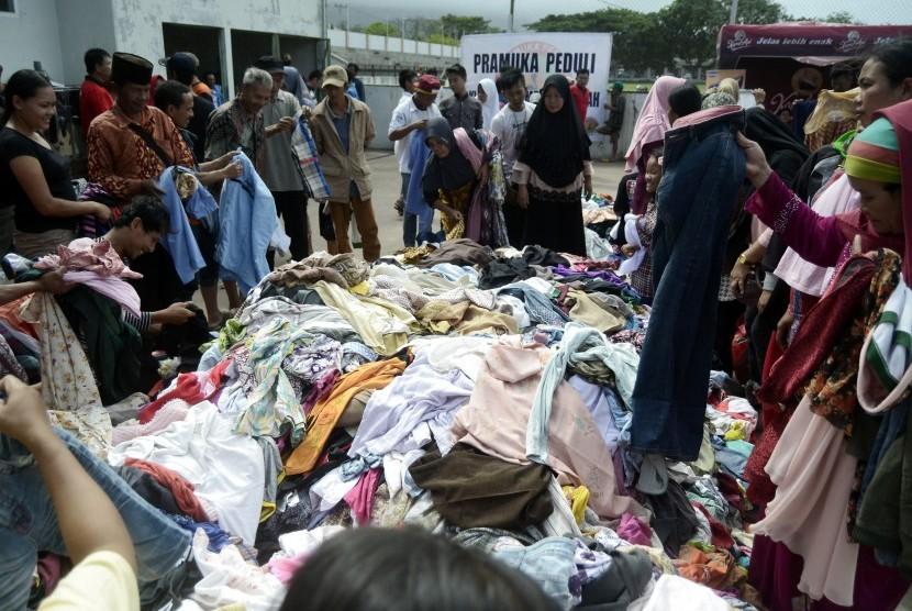 Pengungsi korban tsunami dari Pulau Sebesi dan Sebuku Lampung Selatan memilih pakaian layak pakai di Posko pengungsian Kalianda, Lampung Selatan, lampung, Jumat (28/12/2018).