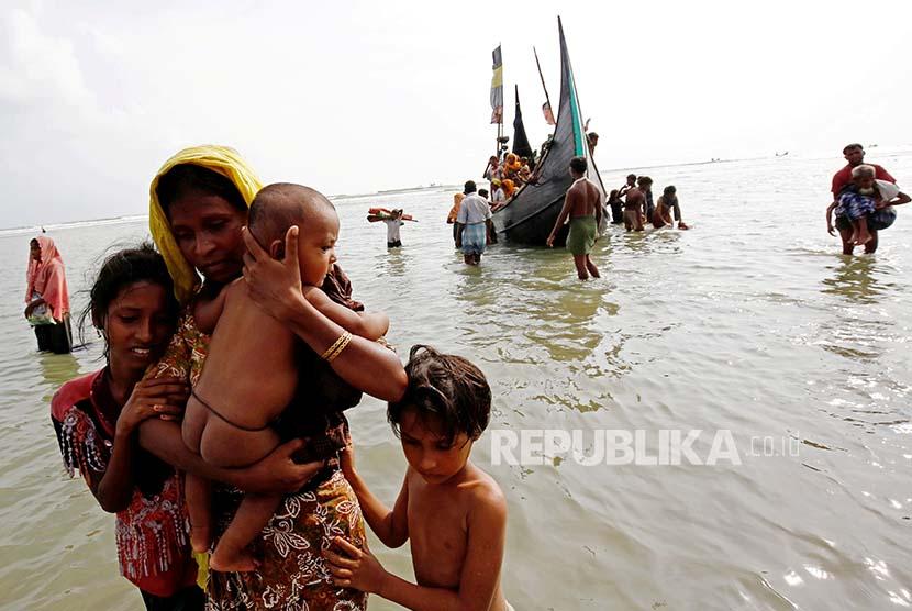 Pengungsi Rohingya menuju pantai setelah berlayar di Teluk Bengal melintasi perbatasan Bangladesh-Myanmar di Teknaf, Bangladesh, Rabu (6/9).