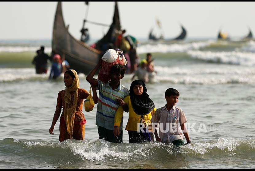 Rohingya refugees headed to the coast after sailing across the Bay of Bengal through the Bangladesh-Myanmar border in Teknaf, Bangladesh, on Wednesday (September 6).