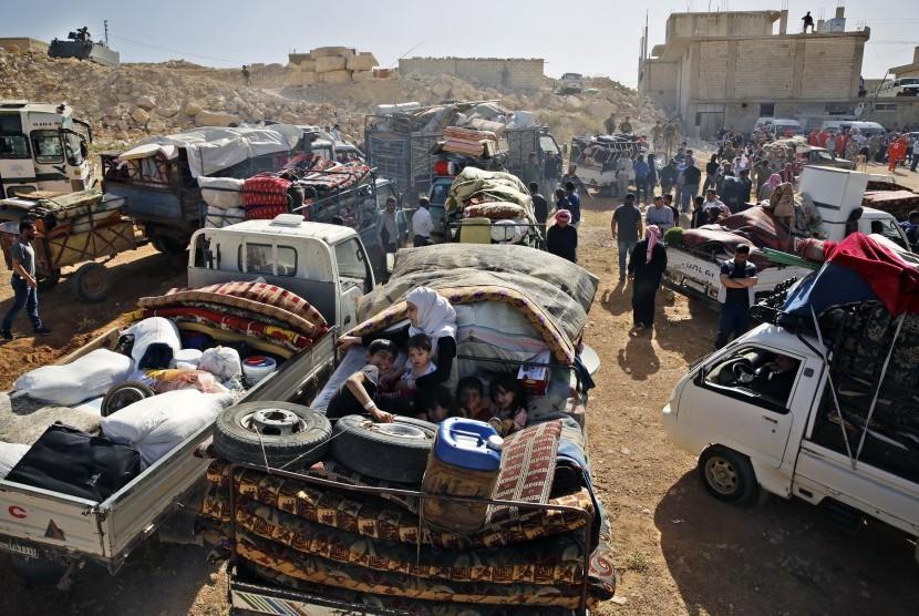 Pengungsi Suriah bersiap meninggalkan negaranya untuk mencapai Arsal, kota perbatasan Lebanon Kamis (28/6).