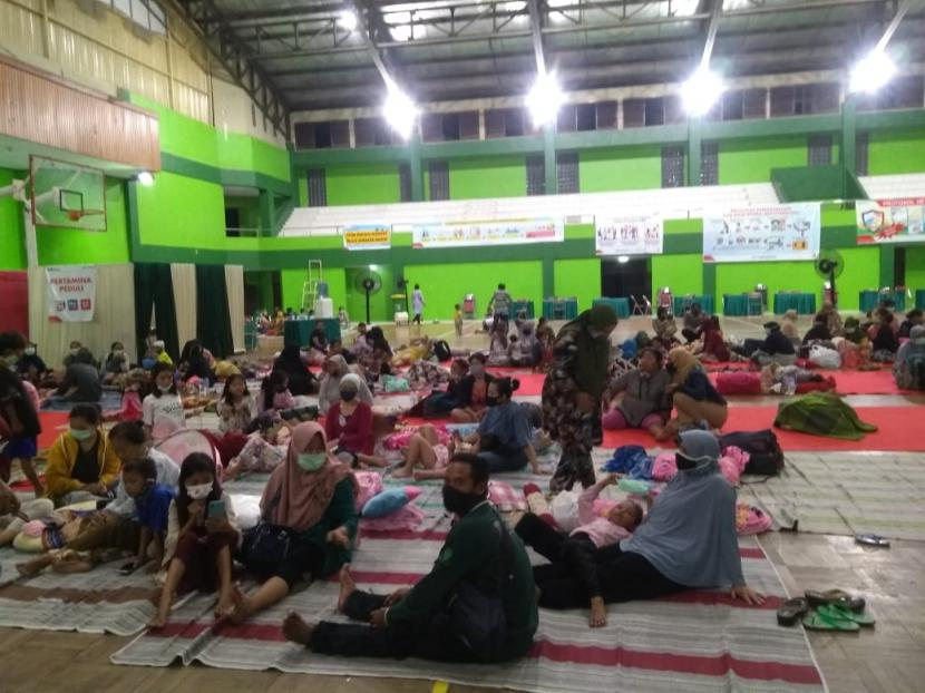 Pengungsian bagi ratusan warga terdampak kebakaran di kilang Pertamina Balongan Indramayu kini dipusatkan di GOR Bumi Patra Indramayu, Senin (29/3) malam.