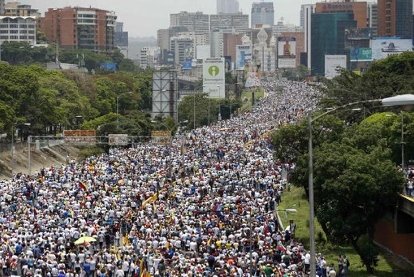Pengunjuk rasa antipemerintah memenuhi sebuah jalan tol di Caracas, Venezuela, 19 April 2017.