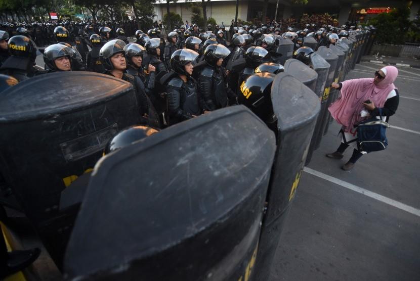 Pengunjuk rasa berada di depan barikade personel Brimob saat berlangsungnya aksi damai di Jalan MH Thamrin, Jakarta, Jum'at (24/5/2019).