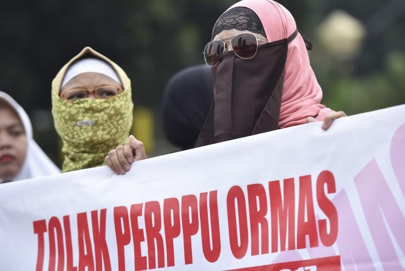 [ilustrasi] Pengunjuk rasa dari sejumlah ormas Islam melakukan aksi di Bundaran Patung Kuda, Jakarta, Selasa (18/7). Aksi itu untuk menolak Perppu Ormas.