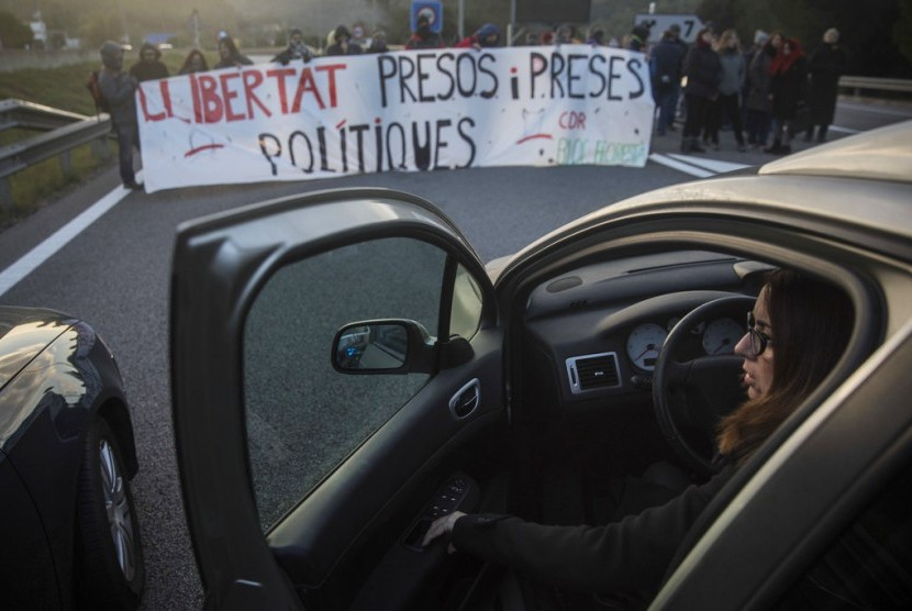 Protesters blocked the highway in Barcelona, Spain, Wednesday (November 8/). They protested against the arrest of a Catalonia politician.