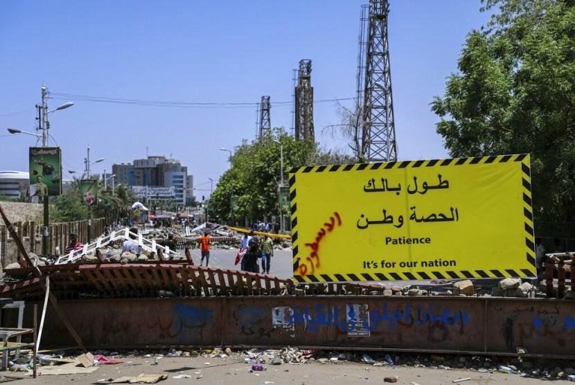 Pengunjuk rasa membuat barikade di luar markas militer Sudan di Khartoum, Sudan, Selasa (14/5).