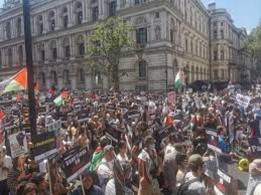 Pengunjuk rasa pro Palestina berkumpul di luar Downing Street di ibukota Inggris, London .