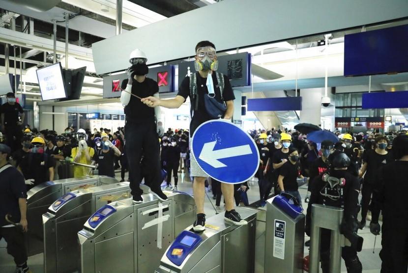 Pengunjuk rasa terlibat bentrok dengan polisi saat demonstrasi di stasiun kereta Yuen Long MTR di Hong Kong, Rabu (21/8).