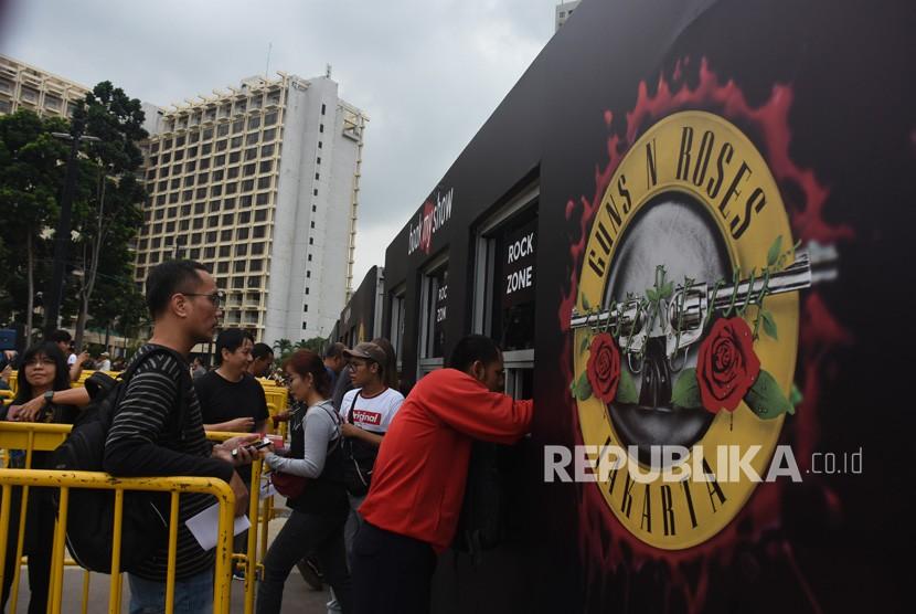 Pengunjung antre menukarkan tiket konser Guns N' Roses Not In This Lifetime Tour Jakarta 2018 di Pintu Timur Stadion Utama Gelora Bung Karno, Jakarta, Kamis (8/11/2018).