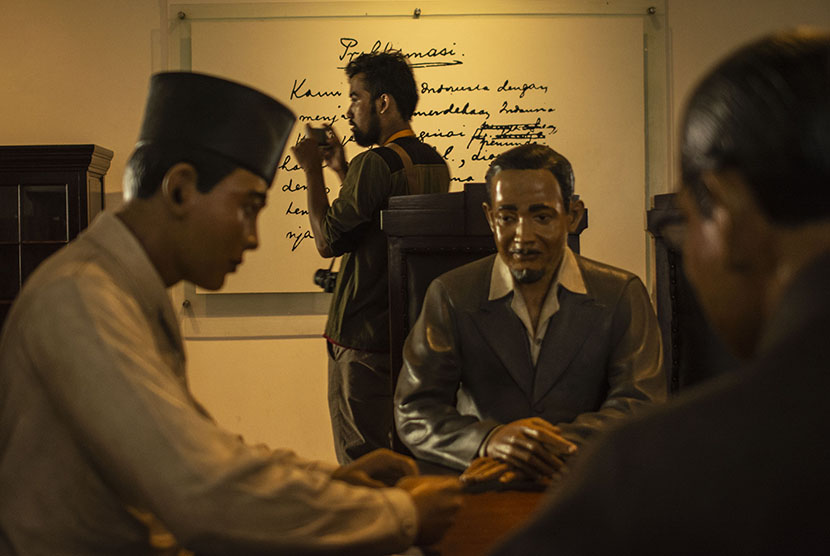 Pengunjung berada di dekat patung Soekarno, Mohammad Hatta, dan Ahmad Soebardjo di ruang pengesahan naskah Proklamasi di Museum Perumusan Naskah Proklamasi di Jalan Imam Bonjol, Jakarta, Jumat (20/4).