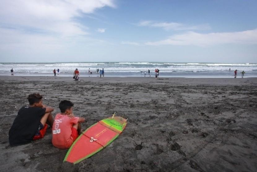 Pengunjung berada di kawasan Pantai Parangtritis, Bantul, Yogyakarta.