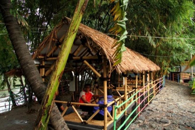 Pengunjung beraktivitas di areal Wisata Konservasi Hutan Bambu di bantaran Kali Bekasi, Margahayu, Bekasi, Jawa Barat, Selasa (6/11/2018). Kawasan konservasi hutan bambu yang dibuat swadaya oleh masyarakat sekitar tersebut menjadi destinasi wisata baru dan akan dikembangkan melalui kerja sama dengan Pemerintah Kota Bekasi.